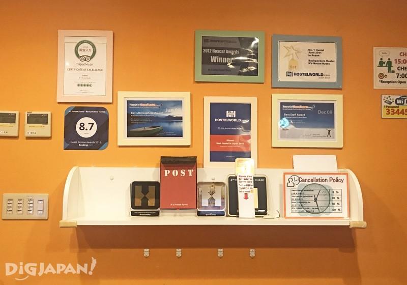 墙上挂着各种旅馆评分认证