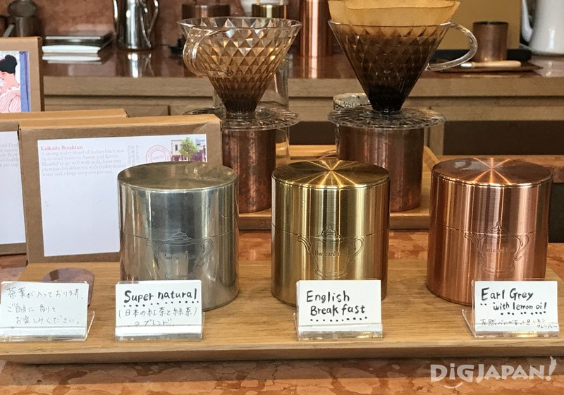 一楼柜台前有用铜罐装的各种茶叶展示