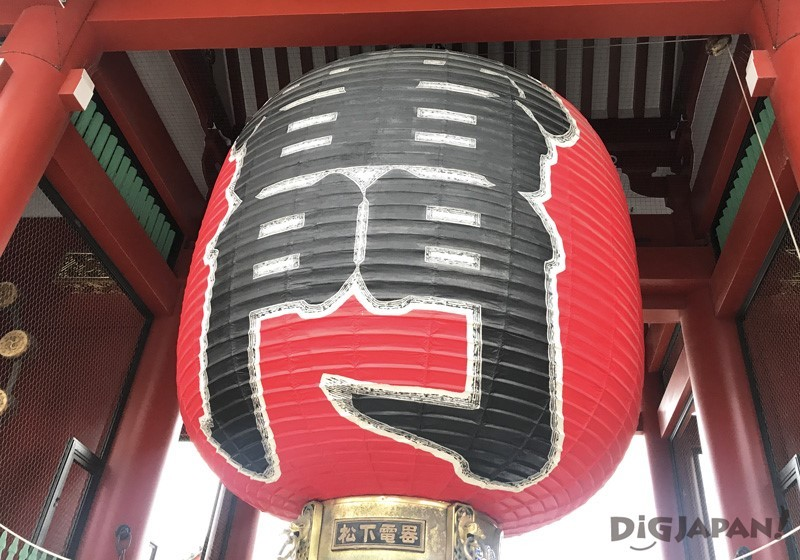 Big red lantern of the Kaminarimon gate