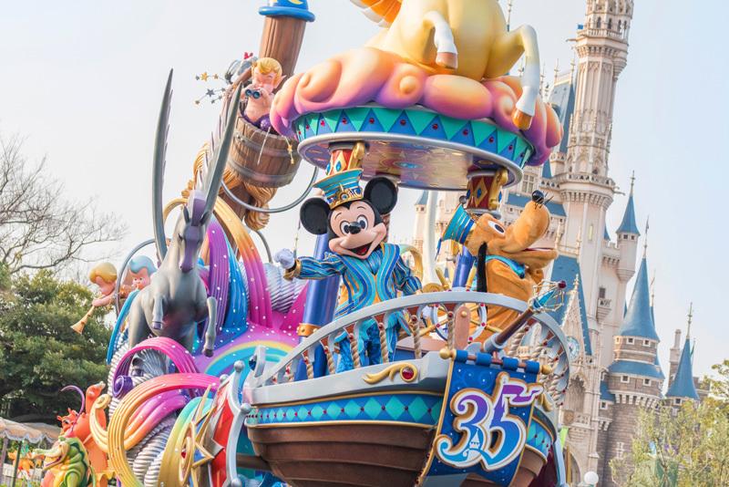 ミッキーマウスが飛び立つ船を操りながら登場
