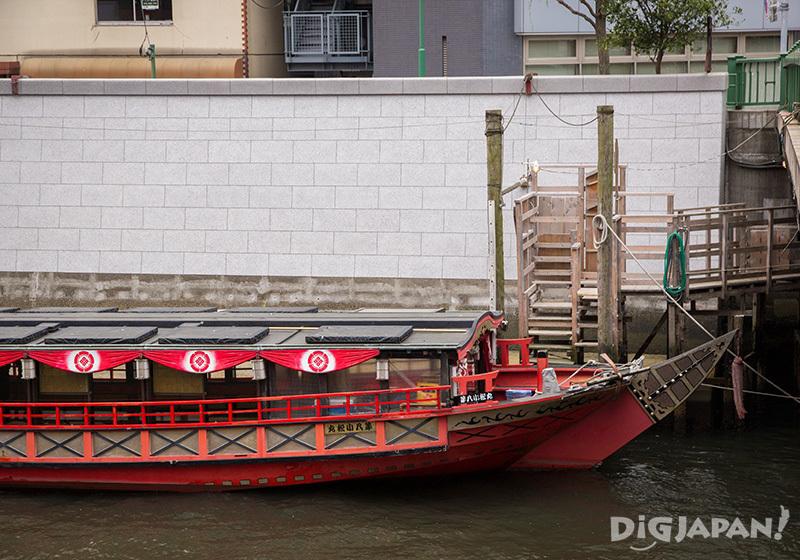 搭上這艘美麗的亮眼紅色屋形船後就要出發啦