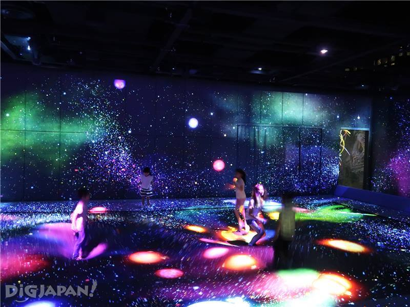 Multi Jumping Universe teamLab