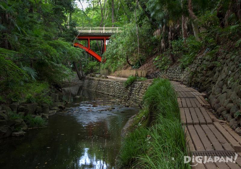 The red Golf-bashi bridge in Todoroki Valley