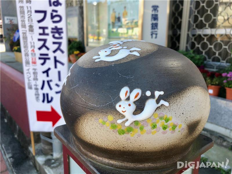 Pottery artworks along Monzen-dori Street