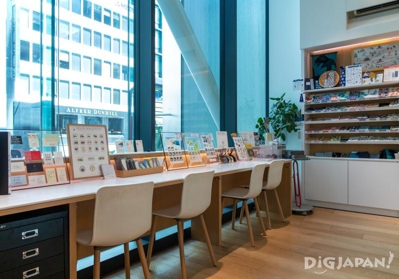 「Write & Post」區有桌椅及各種書信用具02