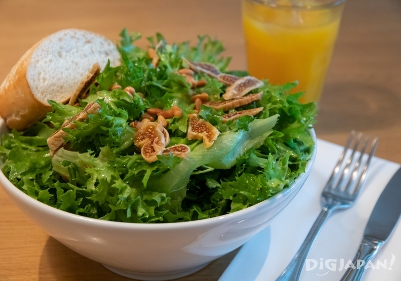 Farm Salad with dried figs topping