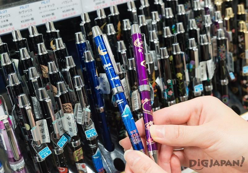 印有富士山或櫻花的和風花紋的鋼筆