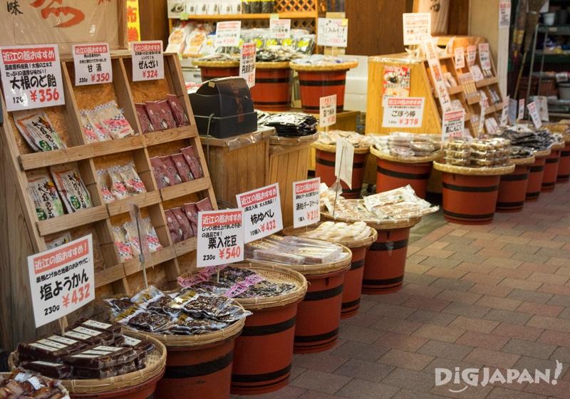 販售善哉紅豆湯和白蘿蔔喉糖的店鋪