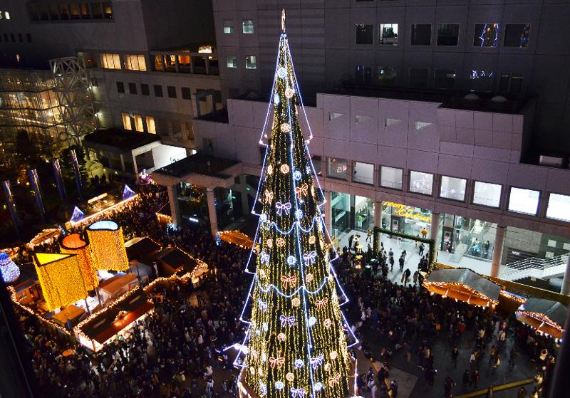 높이 약 27m의 신우메다 시티 크리스마스 트리