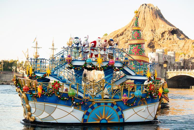 搭船登場的達菲與朋友們,還有聖誕老公公