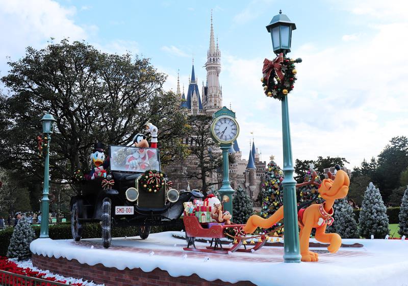 灰姑娘城堡前的聖誕裝飾是必看重點之一