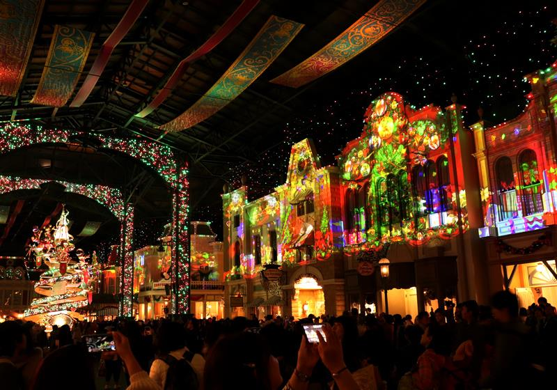 於世界市集的「喜慶大街」舉辦,晚上的聖誕版演出是期間限定的喔!