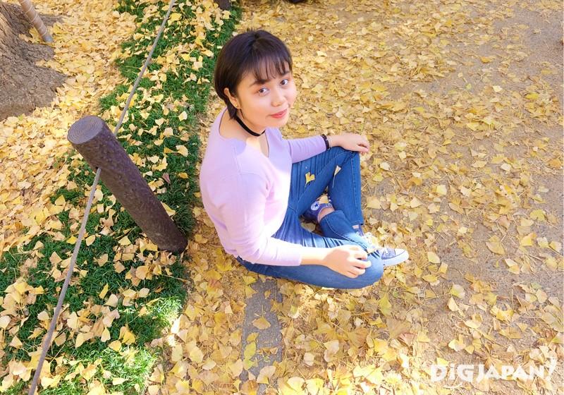 銀杏葉的地上休息