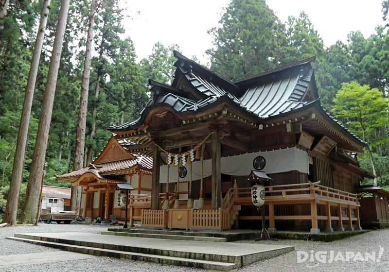 將日本神道神明與佛供奉於一處的「齋神社」
