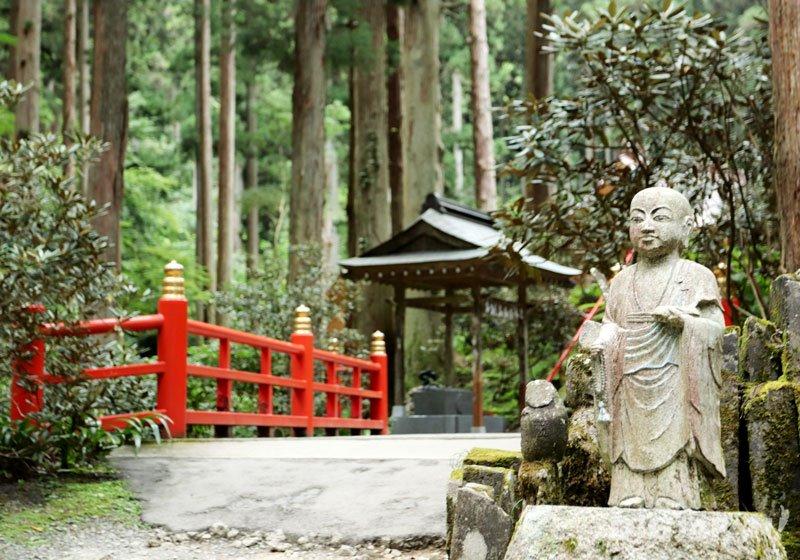 靈氣景點「御岩神社」境內