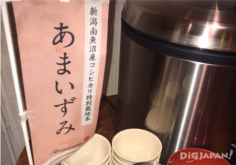 パーティー会場の入口には、大きな炊飯器と日本酒の瓶が3本!パーティー開始前から気分が上がります。