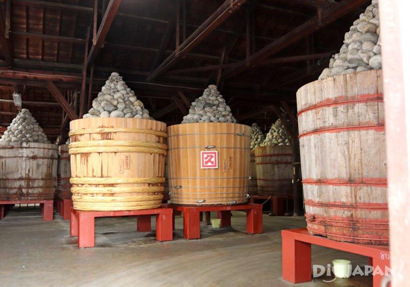 裝有6噸味噌的巨大杉木桶