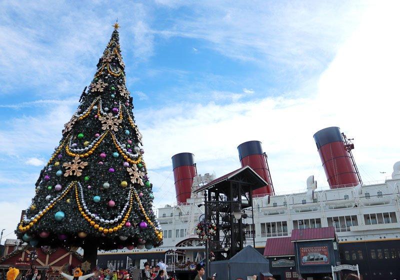 豪華客船S.S.コロンビア号の前に出現した巨大なクリスマスツリー01