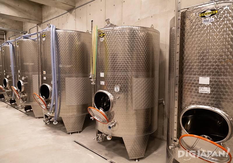 畑や醸造施設の見学ならApproximately 20,000 bottles of wine per year are produced hereワイナリーツアーに参加しよう