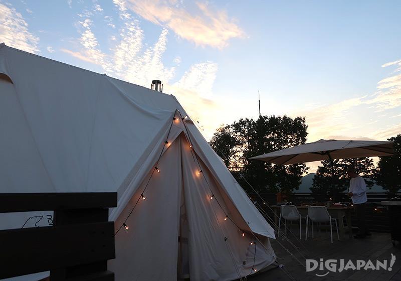 エトワ笠間 テント客室とテラスのテーブル