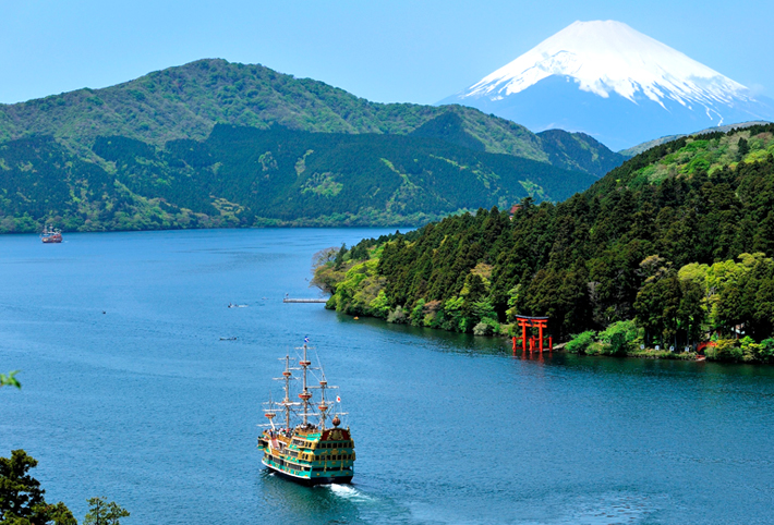 The pirate ship sailing on the lake and Mt. Fuji