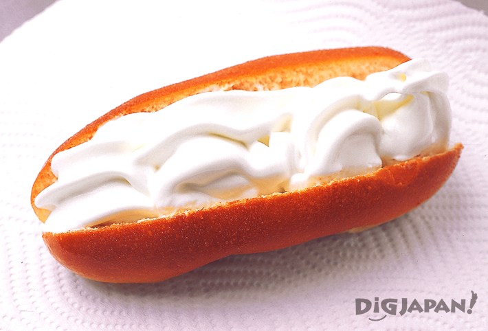 揚げパンにソフトクリームがはさまれた元祖アイスドック
