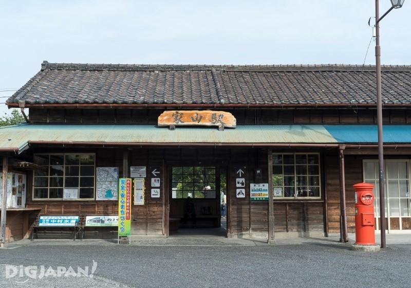 家山駅のレトロな外観