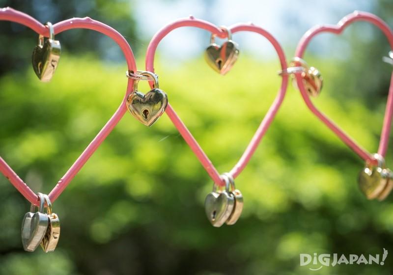 恋愛成就を願う愛ハートの形の錠前