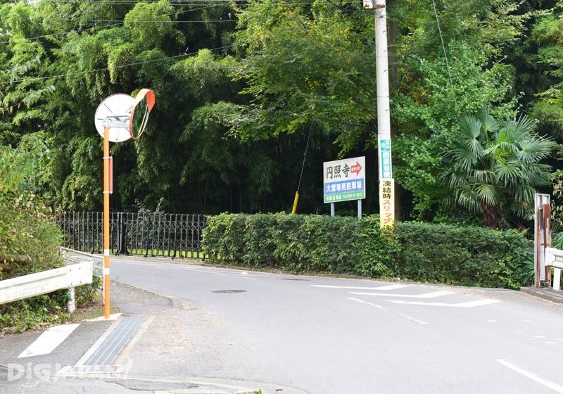 3. 過橋後直走到轉彎處坡道後向前行