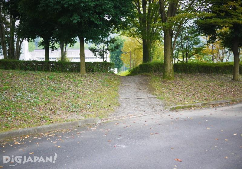 6. 下天橋右邊的樓梯後,穿過眼前的小路