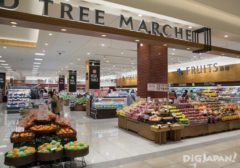 一階の食品コーナーGRAND TREE MARCHE